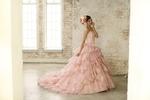 ピンクのカラードレスでスタジオ結婚写真の撮影