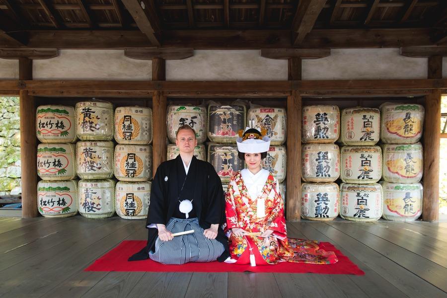 酒樽を背景に角かくしで前撮り 吉田神社