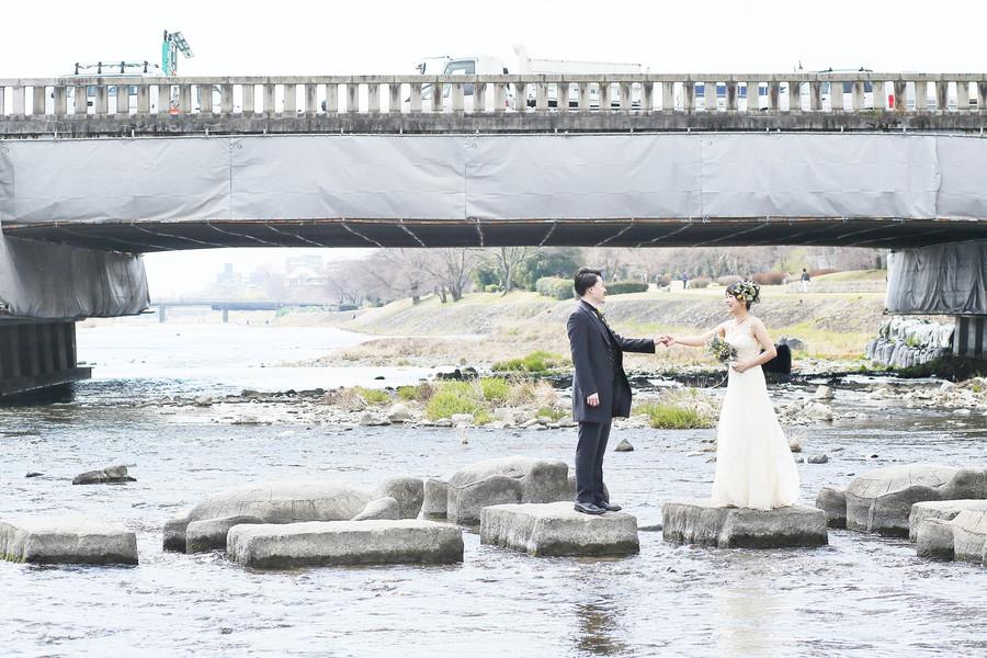 京都鴨川の飛び石で洋装ロケーションフォト