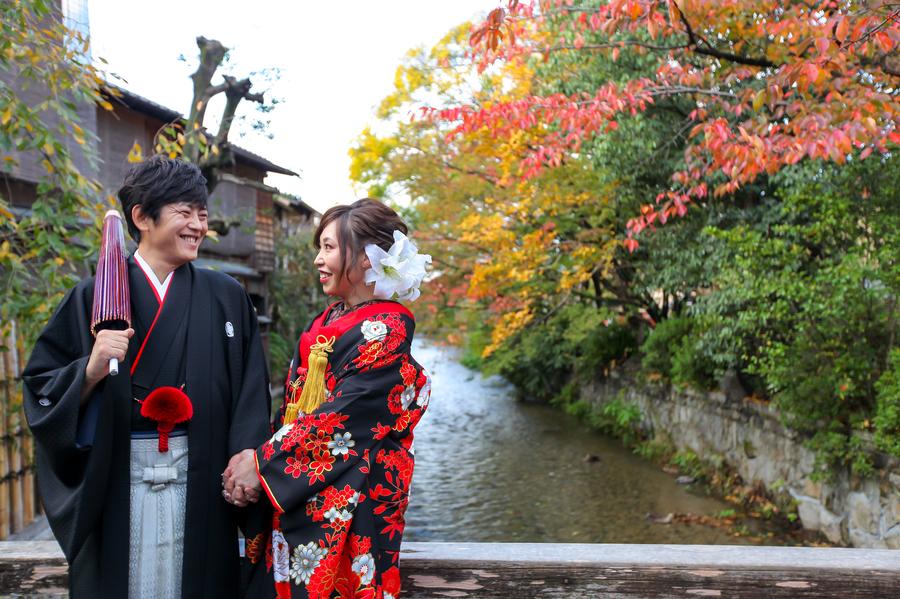 紅葉シーズンの祇園巽橋