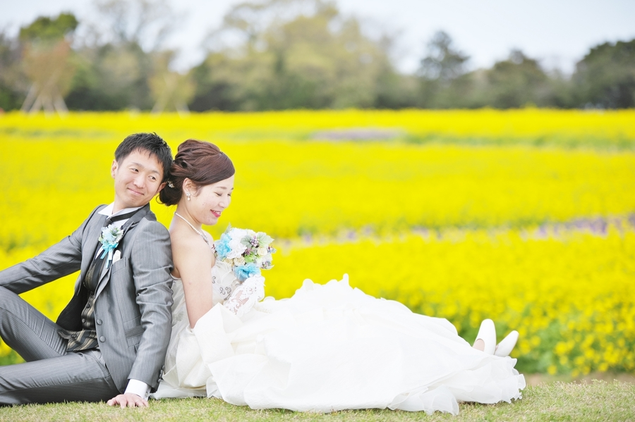 春の菜の花畑で結婚式の前撮り撮影